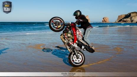 Sarah Lezito stunt la plage des Deux Jumeaux pendant le tournage de la Bruce Team ! © Elodie Devaye Photo non libre de droit.